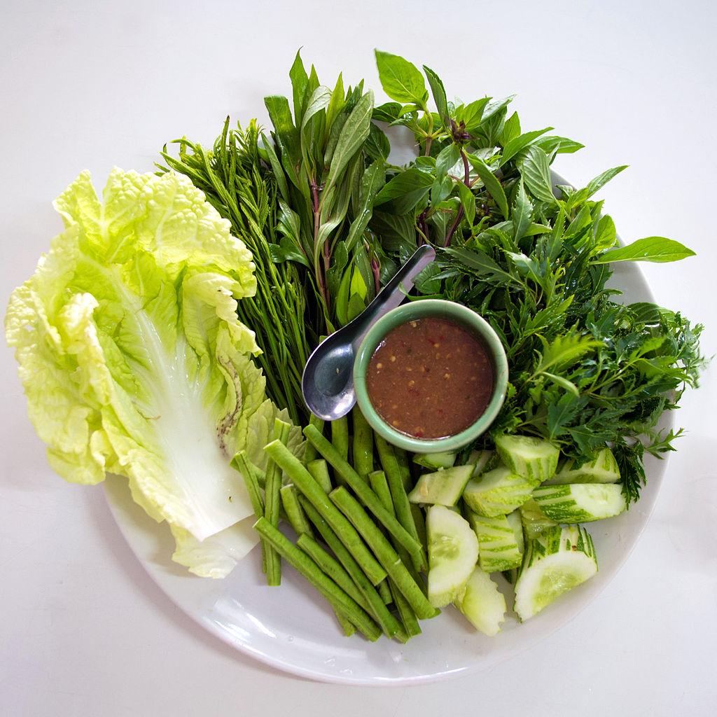 1024px-Vegetable_platter_with_nam_phrik_kapi